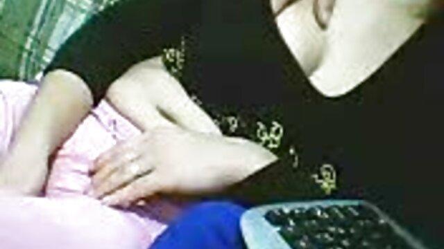 Felnőtt nincs regisztráció  A fekete szőrös pinák nő maszturbál ujjaival, luxus rózsaszín nadrág, nincs nekik