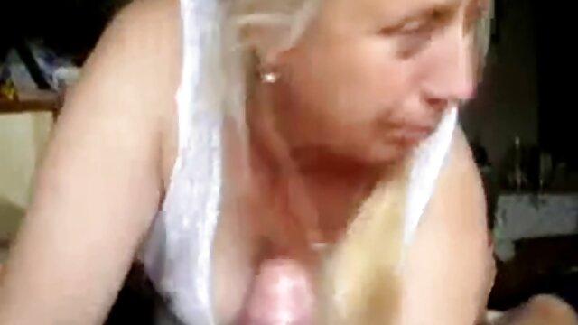 Felnőtt nincs regisztráció  A fickó farkát kanapé szörös pina szex punci