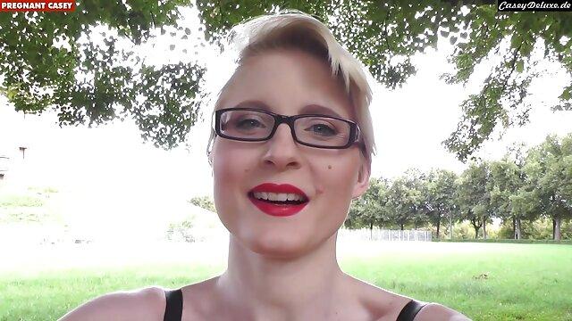 Felnőtt nincs regisztráció  A gyönyörű testtel rendelkező lány rossz lenne szőrös puncik