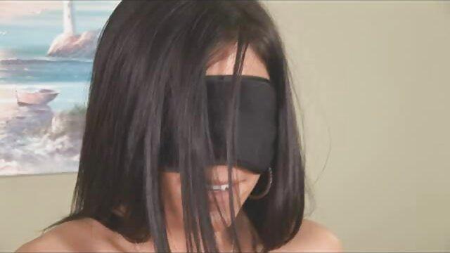 Felnőtt nincs regisztráció  Válassza ki a nő dörzsölés a haj a szőrös baszás gumi, majd távolítsa el